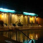 La piscine le soir (bassins en vert/bleu pour les truites ...)