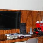 Televisión y máquina de café