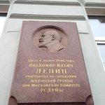 Placa indicando que Lenin morou no predio do Hostel