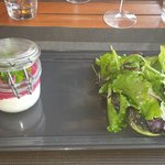 Verrine de chèvre frais avec coulis de betterave et sa salade