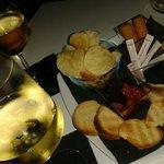 Calici di vino bianco con stuzzichini
