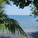пляж с черным вулканическим песком