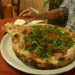 La Pizza Racchetta col ripieno nel cornicione