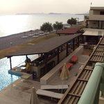 Zicht naar rechts vanop balkon (met bar en restaurant)