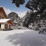 Frente de la hostería con nieve