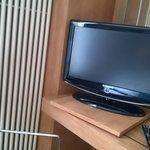 tv schermo piatto con scrivania e sedia