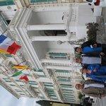 A fachada com suas bandeiras.