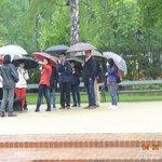 Grupo de turistas na chuva.
