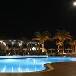 Бассейн с вечерней подсветкой