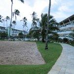 Vista parcial dos apartamentos e da quadra de areia