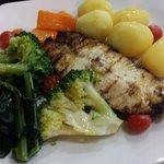 Pesce spada, carote, broccoli e patate