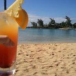 Cocktail sur la plage avec vue sur l'un des restos et la base nautique!!