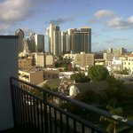 desde la terraza con un area de reposeras y una vista espectacular del puerto