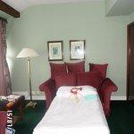 наш номер: гостиная на 1 этаже (и спальное место для ребенка)