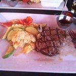 le steak avec purée de pomme de terre et légume