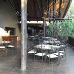 Área do externa do restaurante onde se pode saborear o café da manhã