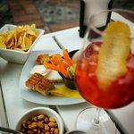 Aperitivo del Daiquiri Lounge: patatine, noccioline, qualche rustico, dei tramezzini e una cioto