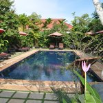PLeasant pool area with HOT (34°C ! ) water due to hot Cambodjan weather -)