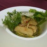 """""""Linguini"""" al pesto con pollo e avocado"""