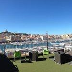 Terrasse; im Hintergrund der Blick über Marseille
