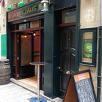 Entrada del hostal y bar