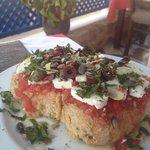 Dakos eccezionali!!! Tipo la bruschetta italiana ma con la feta, olive nere, semi di zucca, semi