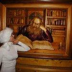 Много картин и сувениров из дерева