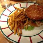 Burger au Collin avec sa sauce maison et ses feuilles de roquette