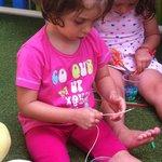 La mia bimba che crea collane con le cannucce
