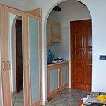 Monolocale. Una veduta dell'ingresso, con angolo cottura e dell'armadio nella camera da letto.
