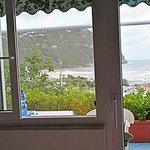 Una veduta, dall'interno della camera, del balcone con vista mare