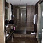La douche très spacieuse de la chambre privilège