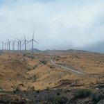 Los molinos de viento enormes justo a pie del mar