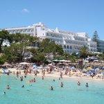 Hotel gezien vanuit de baai.