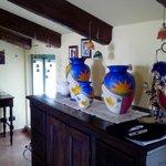 Salon con ceramicas decorativas