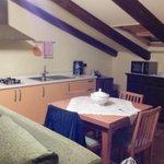 Cocina, mesa y refrigerador