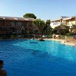 La piscine et l'hôtel en arrière plan