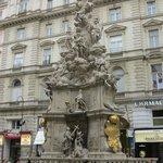 Escultura/ estatua no centro do Graben