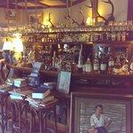 de zitzaal met bar