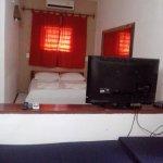 quarto com tv tela plana