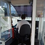 Capitan del barco conduciendolo