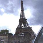 Torre Eiffel desde el Batobus, en una tarde lluviosa