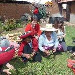 preparando tintes naturalers en Chincheros, con el grupo del centro de texties Tradicionales del