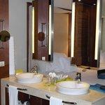 """Espelhos """"dividindo"""" banheiro do quarto"""