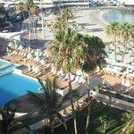 vista do apartamento piscina e praia