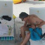 Eduardo na praia.