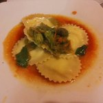 Ravioli ripieni con Ricotta al Basilico saltati con Fiori di Zucca su Crema di Pomodoro Fresco