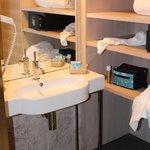 Chambre 011 - Lavabo handi et espace de rangement