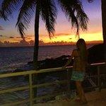 Vista do por do sol no deck da piscina do hotel