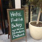 Скромная вывеска отеля Praktik Bakery